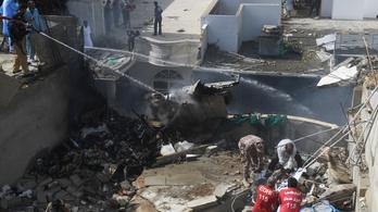 Házak közé zuhant egy pakisztáni repülőgép 107 emberrel a fedélzetén