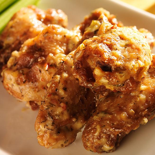 Fokhagymás-parmezános panírban sült csirkeszárny: ropogósra sül az ízes bunda