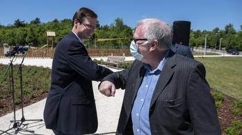 Átadták a lebontott Olimpia szálló helyén kialakított parkot a Normafán