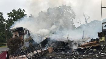 Amerikában leégett egy templom, melynek gyülekezete dacolt a kijárási korlátozással
