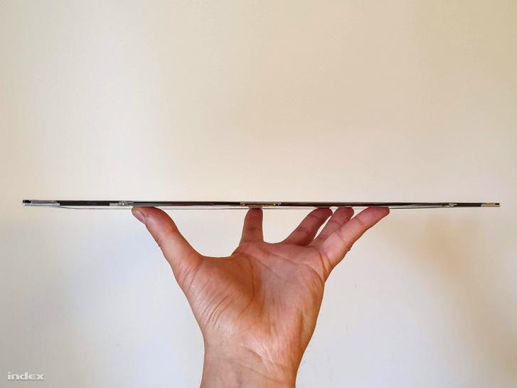 A laptopból kiszerelt kijelzőpanel, ami már alig várja, hogy önálló monitor lehessen belőle.
