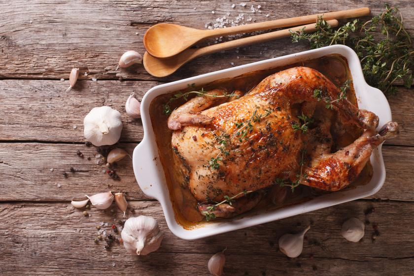 Egészben sült, ropogós csirke rengeteg fokhagymával: omlós, szaftos marad a hús