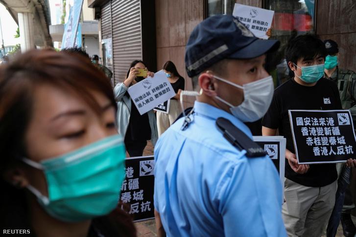 Aktivisták egy demonstráción Hongkongban 2020. május 22-én.