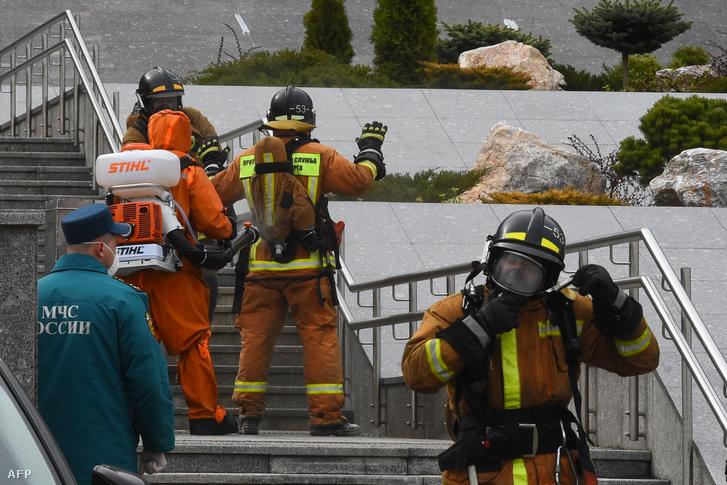 Tűzoltók egy korábbi kórháztűz helyszínén