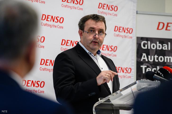 Palkovics László innovációs és technológiai miniszter beszédet mond a munkahelyvédelmi bértámogatói okirat átadásán a DENSO Gyártó Magyarország Kft. telephelyén Székesfehérváron 2020. május 22-én.