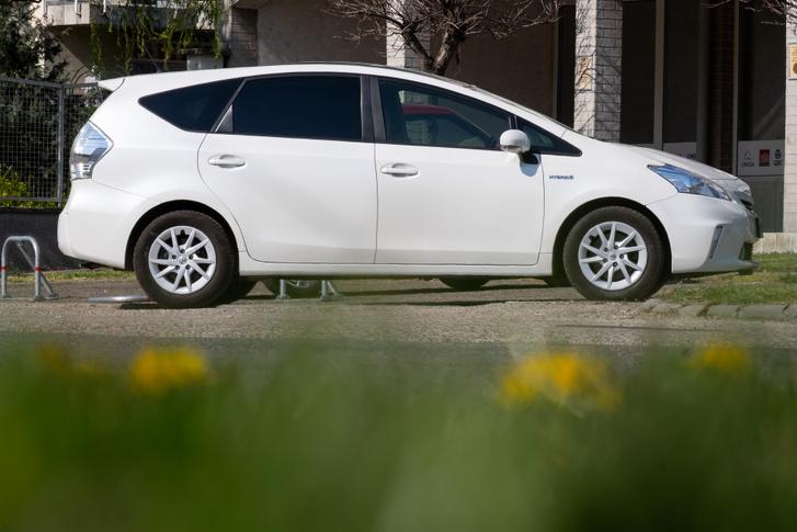 Bő mázsával nehezebb a normál Priusnál
