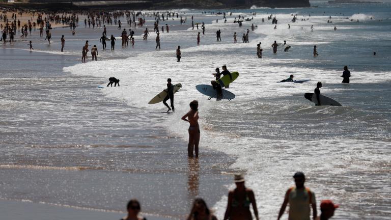 Ahogy jött a lazítás, megrohamozták a portugálok a tengerpartokat