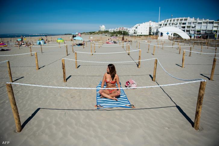 Előre kijelölt napozóhelyek egy dél-franciaországi tengerparton