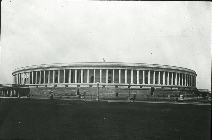 Az indiai parlament 1947-ben, a függetlenség évében - az európai és az indiai formák és anyagok szimbiózisa
