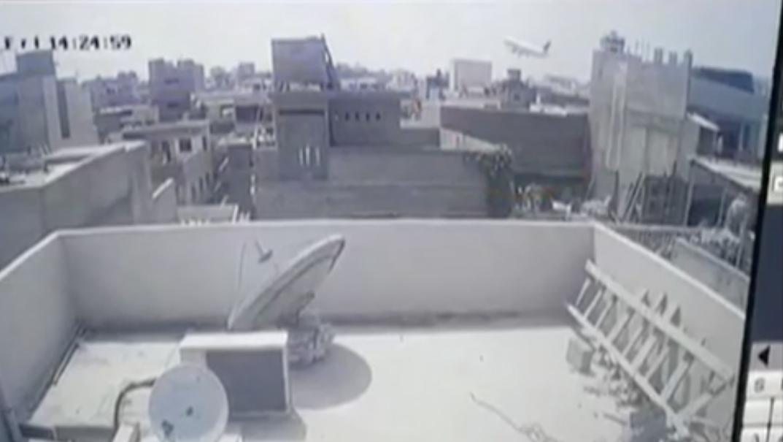 Videón, ahogy a házak közé csapódik a pakisztáni repülőgép