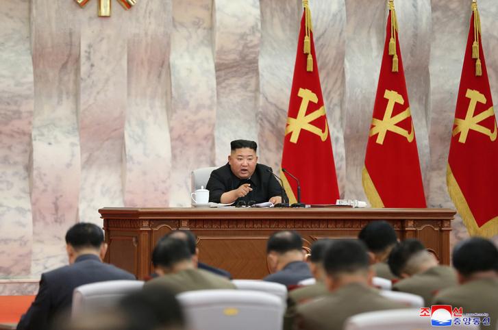 Kim Jong Un az észak-koreai munkapárt központi katonai testületének tanácskozásán 2020. május 23-án.