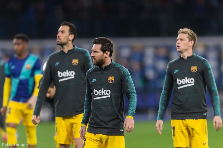 Az FC Barcelona játékosai, Sergio Busquets, Lionel Messi és Frenkie de Jong az UEFA-bajnokok ligája 16. fordulóján az SSC Napoli és az FC Barcelona meccsen a San Paolo stadionban, 2020. február 25-én.