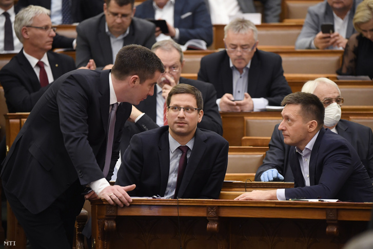 Kocsis Máté, Gulyás Gergely és Rogán Antal a házszabálytól való eltérésről szóló szavazáson az Országgyűlés plenáris ülésén 2020. március 23-án. Az ellenzék nem támogatta a házszabálytól való eltérést, és a kormány által benyújtott, a veszélyhelyzet meghosszabbításáról szóló törvényjavaslat elfogadását.