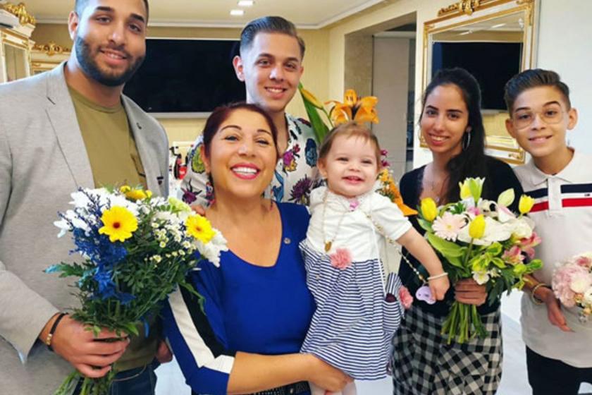 Bódi Margó igazán szerencsés, mind az öt unokája csodaszép virágcsokorral lepte meg.