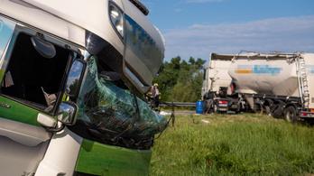 Két kamion összeütközött Alsónyék térségében