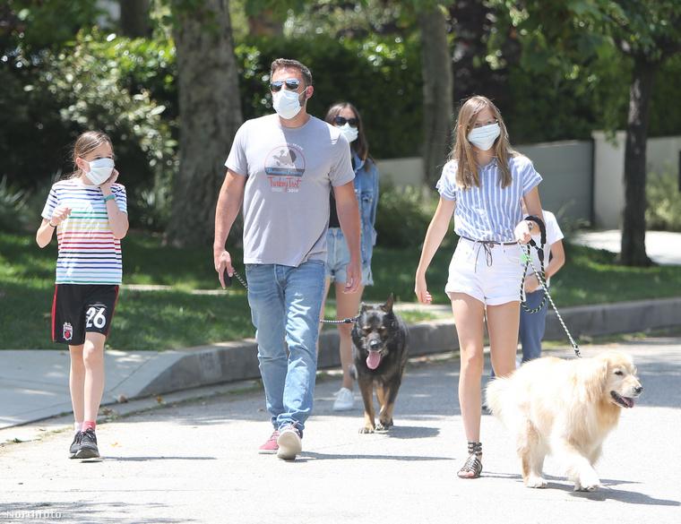 Kár, hogy a maszk miatt nehéz következtetni a brigád arckifejezéséről, de merjük feltételezni, hogy a séta végig jó hangulatban telt.