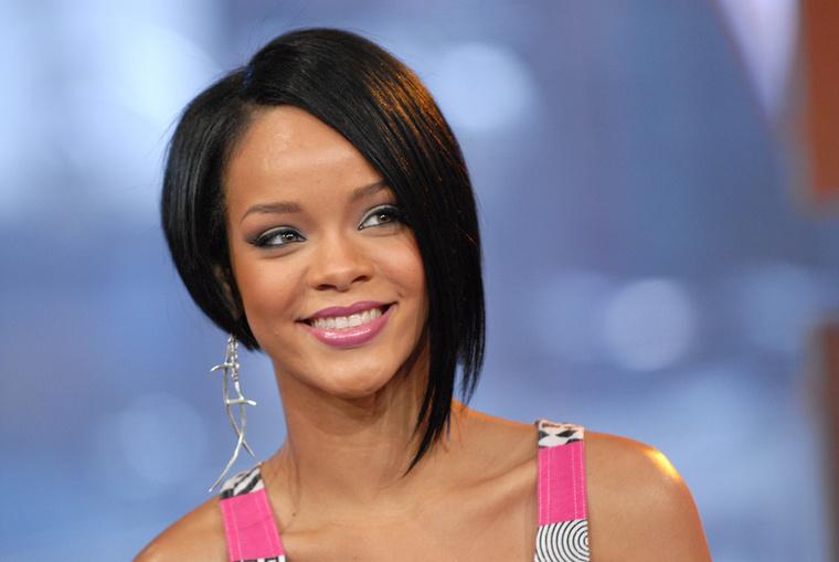 Persze, a külső megújulás is rásegített Rihanna sikerére, feketére festett aszimmetrikus frizurája nagyon menőnek számított 2007-ben