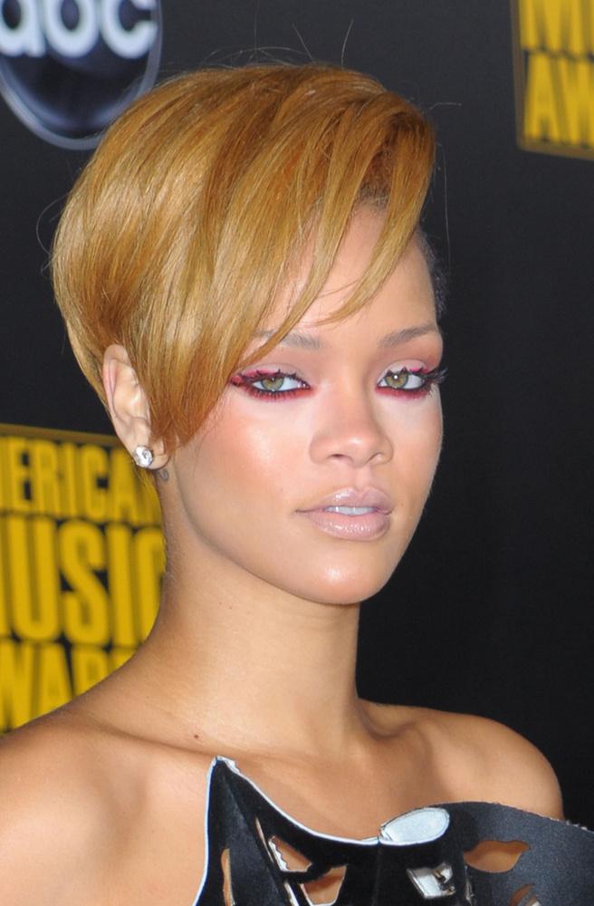 Külseje ebben az időszakban még jobban megváltozott: karamellaszínűre festette a haját és figyelemfelkeltő ruhákba bújt, de úgy tűnik, a frizuraváltás nem hozott szerencsét