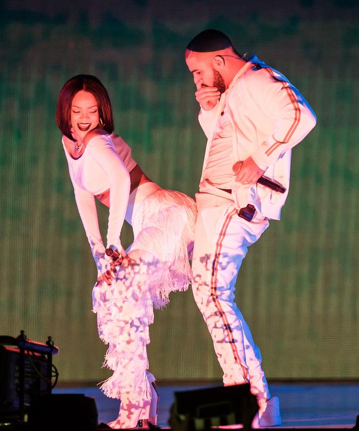 Ekkortájt kezdték el Rihannáról pletykálni (ismét), hogy összejött Drake-kel, ami nem is tűnt annyira légből kapott pletykának