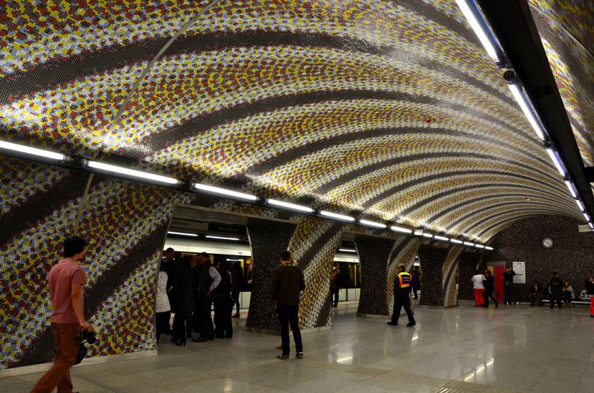 A budapesti 4-es metró több megállója csodaszép látvány, de a külföldiek általában a Szent Gellért térit emelik ki. A falakat borító gyönyörű mozaikcsempe tervezője Komoróczky Tamás.