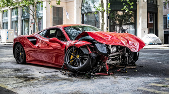 Csúnyán összetörtek egy bérelt Ferrarit Londonban