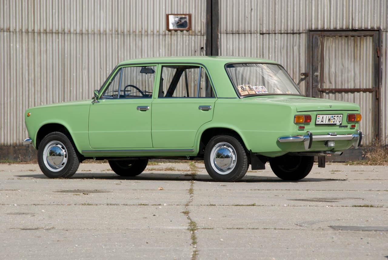 Még mindig az Ezerkettes, de ez már a modellfrissített változat, amiben aludekor helyett fautánzatú betét volt a műszerfalon, piktogramosak lettek a visszajelzők, s a színválaszték is megváltozott. Ezek a kocsik már nem voltak olyan finomak és jó minőségűek, mint az 1974-ig, az olasz minőségellenőrök gyári jelenlétéig gyártott koraiak