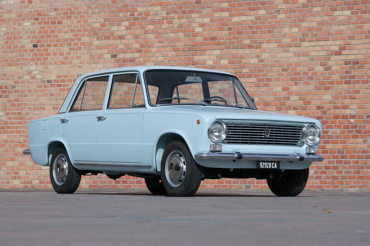 Ez volt a Lada eredetije, az 1966-ban bemutatott, majd 1967-ben Év Autójává választott Fiat 124. Még egy régebbi fajta nyomórudas, 1,2-es, de szintén 60 lóerős motor, négy tárcsafék, kis lökhárítóbabák, kiálló, gombos kilincsek. 1974-ig készült, abszolút korszerű autó volt akkor