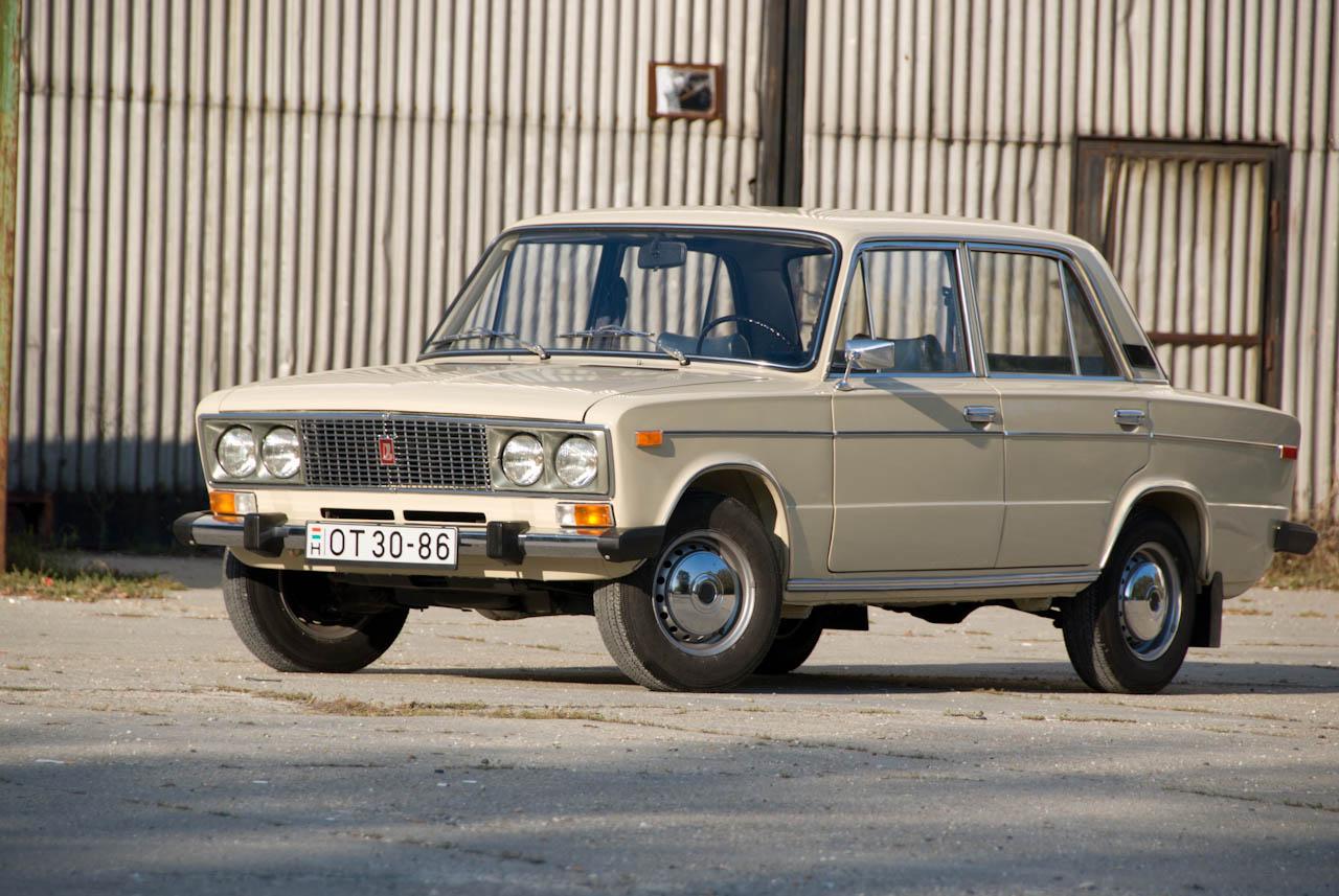 VAZ-2106-os, azaz 1600-as Lada. Az autó, amelynél még a 2103-as (1500) szörnyűséges hedonizmusára is megpróbáltak rátenni egy merőkanállal. A big-blockba itt már nem az 1200-as, hanem az 1300-as nagyobb dugattyúit tették, ezért az 1,6 literes lett, 78 lóerős és jóval nyomatékosabb, a fényszórókat műanyag, modernebbnek gondolt keretbe foglalták, a hűtőmaszk olcsóbban gyártható műanyag lett, bent pedig megjelent a teli plüss ülés és a cirádás betét a kormányon