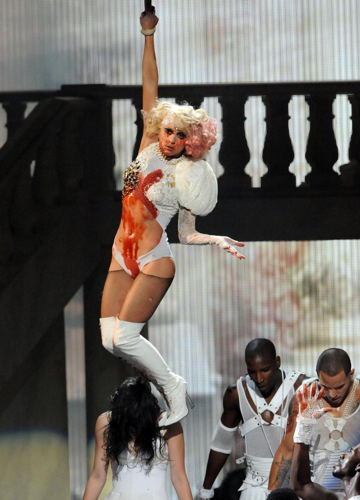 És ne feledkezzünk el a 2009-es VMA-ról sem, amikor a Paparazzi éneklése közben összevérezte, majd felakasztotta saját magát