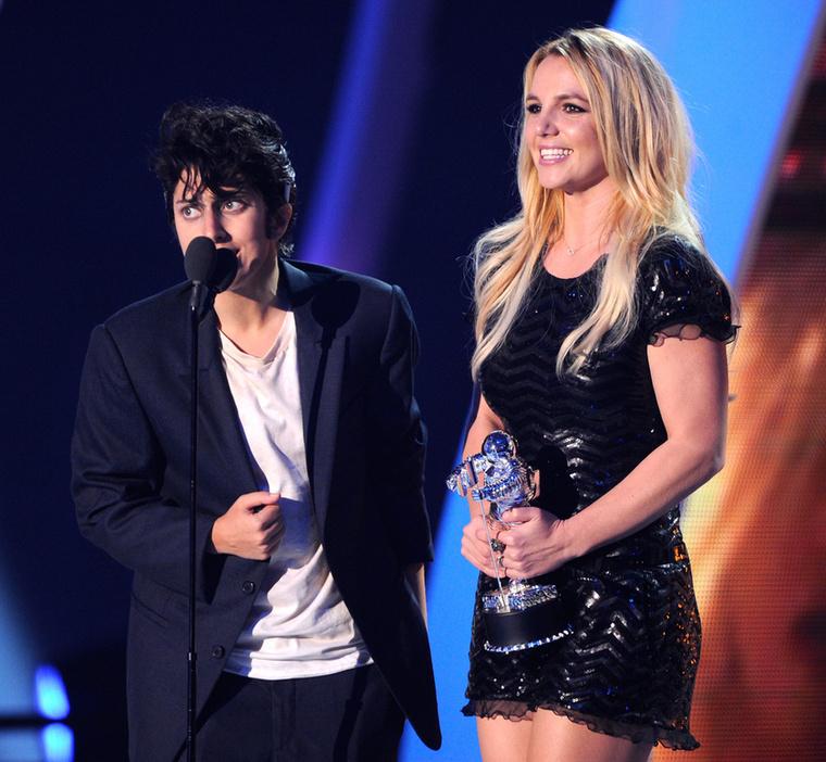 És ha már Britney Spaers: a 2011-es VMA-n Lady Gaga adta át a Spearsnek az énekesnő addigi munkásságát díjazó szobrocskát