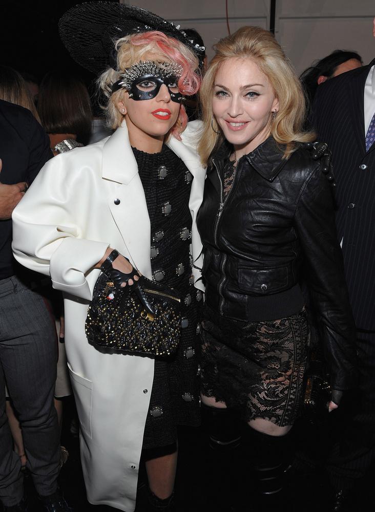 Bár Gaga mindig is azon volt, hogy egyedi maradjon a popszakmában, sokan hasonlították Madonnához, akivel többször is beszólogattak egymásnak, jó tíz évvel ezelőtt egyszer meghívták őket ugyanabba a show-ba, ahol talán túlságosan is hitelesen játszották meg, hogy utálják egymást