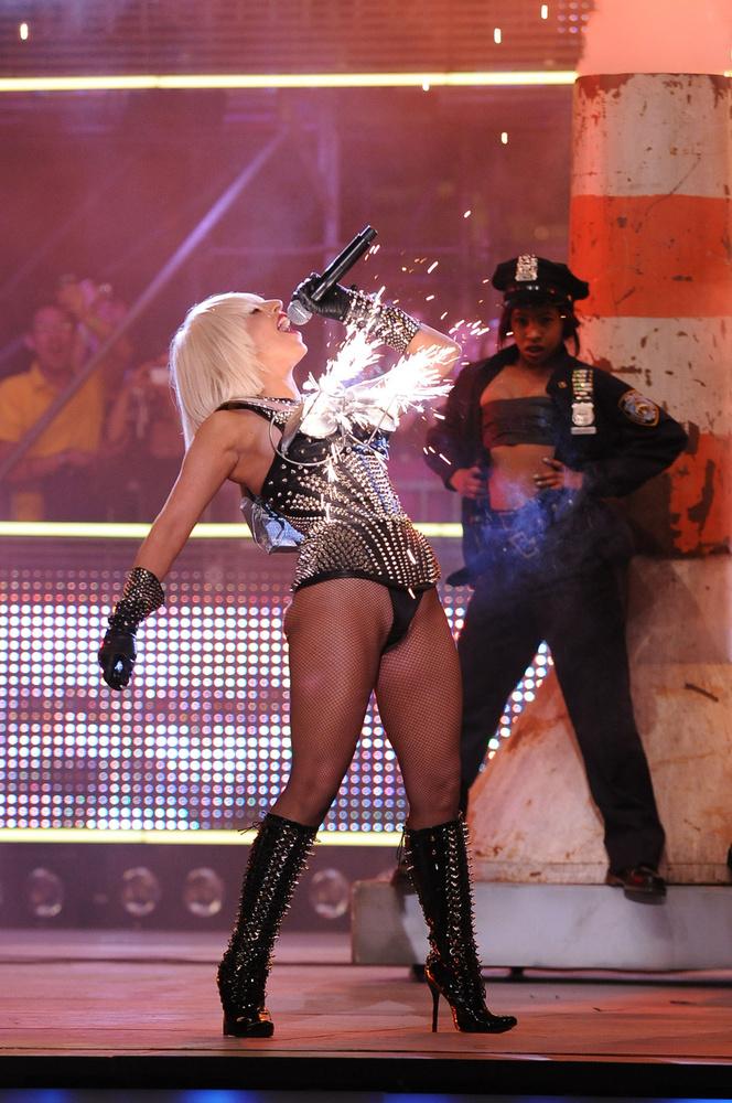 És ha már a rendhagyó fellépéseiről beszélünk, kicsit visszaugorva az időben a 2009-es Much Music Awardon Pokerface című számát lángoló mellekkel adta elő, ami azt szimbolizálta, hogy a nők egyik leghatékonyabb fegyvere a férfiak ellen a testük, a szexualitások
