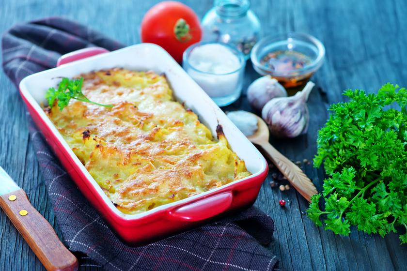 Újkrumplival rakott karalábé sok sajttal sütve: a tejszíntől nem szárad ki