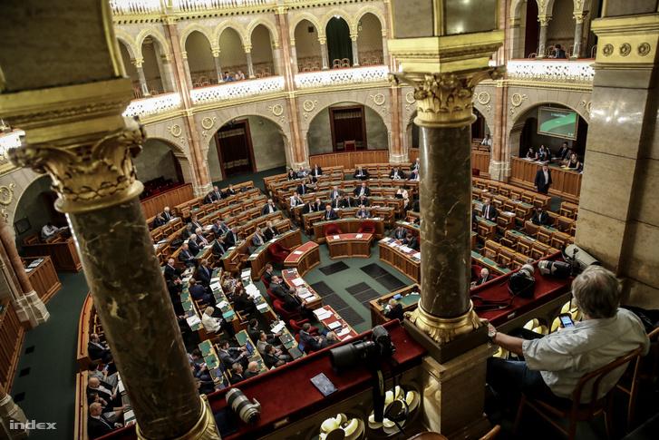Fotóriporter a Parlament fotósok és újságírók számára fenntartott páholyában 2018-ban