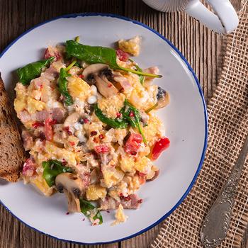 Kiadós reggeli vagy vacsora a tojásrántotta gombával és spenóttal – A pikáns serpenyős melegen a legfinomabb