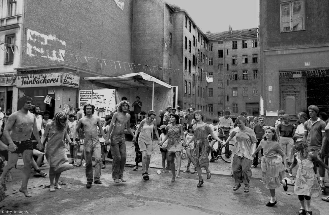 Utcabál a Cuvrystrassén 1982-ben: illegális házfoglalók és helyi lakosok buliztak együtt