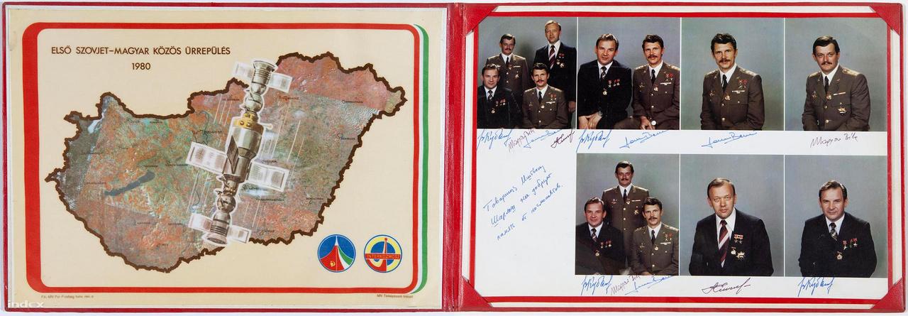 """Első Szovjet-Magyar Közös Űrrepülés 1980 - fotóalbum piros műbőr kötésben. Ilyen reprezentációs célú szuvenírt nem sokan kaphattak, pláne olyat nem, ami dedikálva is volt az űrhajósok által. Figyeljük meg a címbe ágyazott kincstári optimizmust, azt mondja: """"első""""."""