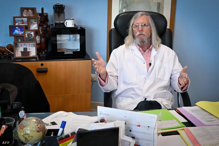 Didier Raoult, fertőző betegségekre szakosodott mikrobiológusprofesszor Marseille-ben lévő irodájában 2020. február 26-án