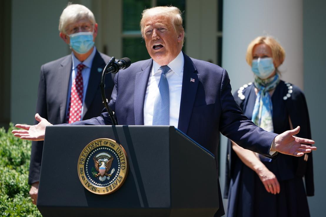 Donald Trump amerikai elnök tart sajtótájékoztatót a Fehér Ház Rózsakertjében 2020. május 15-én, mögötte Dr. Francis Collins az Amerikai Nemzeti Egészség Intézet igazgatója és Deborah Birx a Fehér Ház koronavírus munkacsoportjának koordinátora.
