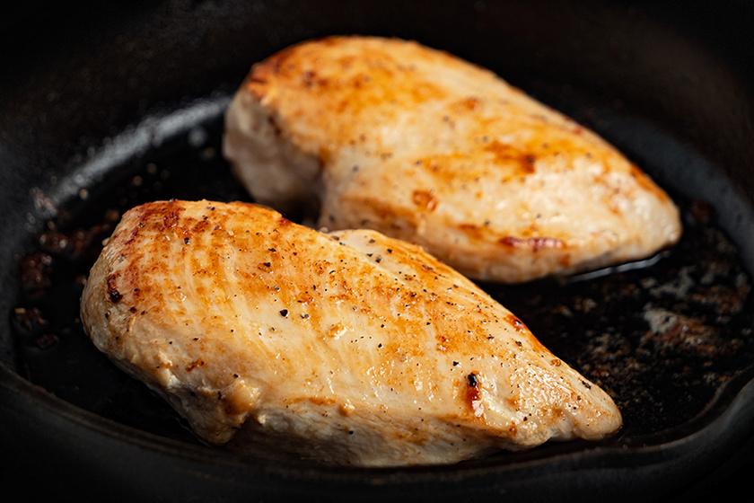 Serpenyőben sült egész csirkemell: rozmaring és fokhagyma teszi izgalmassá
