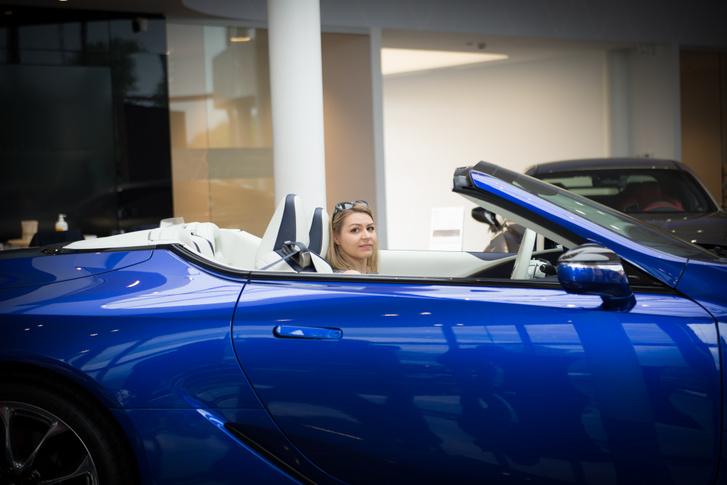 Szilvia, a Lexus termékmenedzsere csukja be a tetőt az olvasók kedvéért
