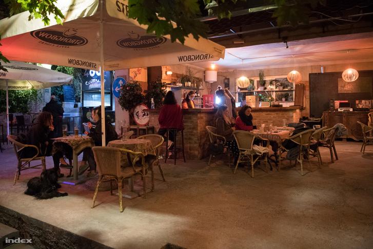 Egy erzsébetvárosi vendéglátóhely terasza 2020. május 25-én