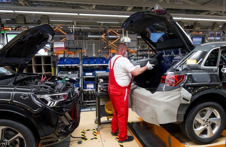 Dolgozó az Audi Hungaria Motor Kft. győri gyárának járműszerelő részlegében 2020. április 27-én, a járműgyártás újraindulásának napján.