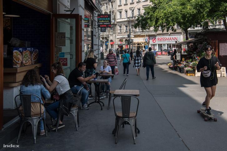 Étterem terasza az Oktogonon, Budapesten