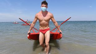 Az olasz vízimentő srácok maszkban és fecskében készülnek a strandszezonra