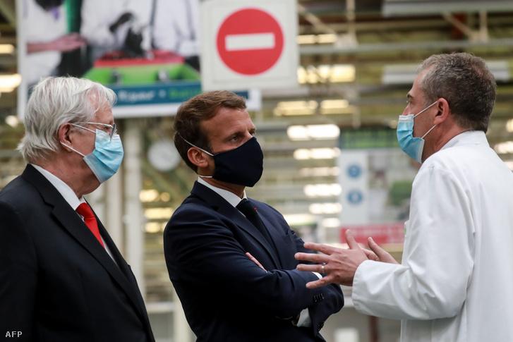 Emmanuel Macron francia elnök (középen) beszél Jacques Aschenbroich Valeo-vezérigazgatóval és Alberto Santos általános igazgatóval a cég Etaples-ban található gyárának meglátogatásakor május 26-án.