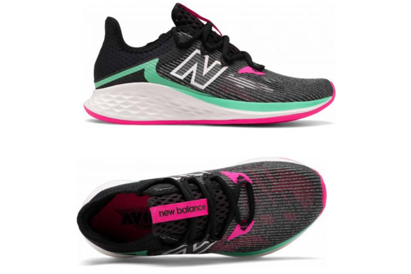 A New Balance aszfaltra való női sportcipője természetes érzetet kínál futás közben. Sarka nem nyomja az Achilles-ínt, de körbeöleli és támogatja azt. A Sportisimo webáruházában 25 290 forintért elvihető.