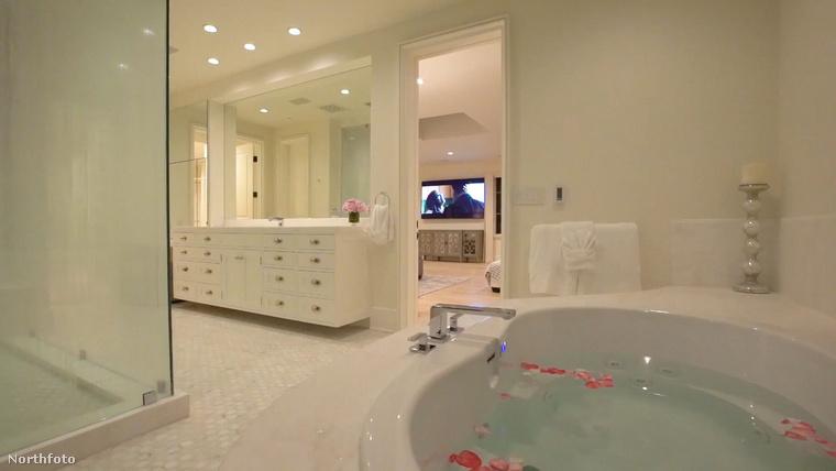 A fürdőszobahelyiségekben sem kell attól tartani, hogy kevés lesz a hely