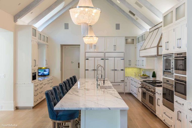 Ebben a hatalmas konyhában készülhet majd a vacsora férj és feleség részére