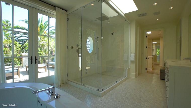 Vagy az itt látható zuhanyfülkében, ami tulajdonképpen kikéri magának a fülke megnevezést, mert egy egész család is elférne benne.
